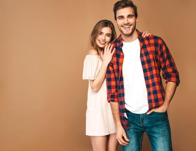 Niña hermosa sonriente y su novio guapo riendo.