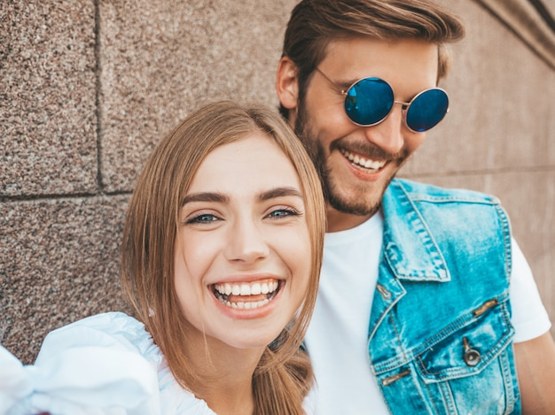 Niña hermosa sonriente y su novio guapo en ropa casual de verano.