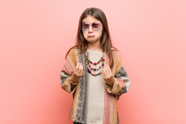 Niña hippie mostrando que no tiene dinero