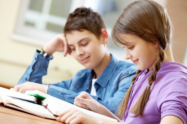 Niña inteligente estudiando con compañero de fondo Foto gratis