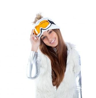 Niña de invierno morena indio indio con gorro de piel de nieve