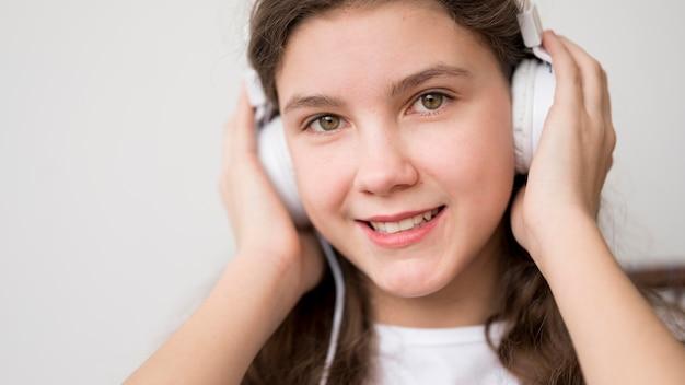 Niña joven, con, auriculares