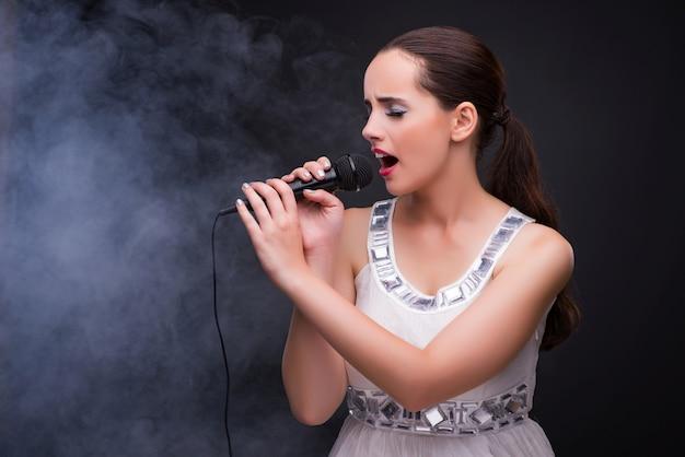Niña joven, canto, en, karaoke, club