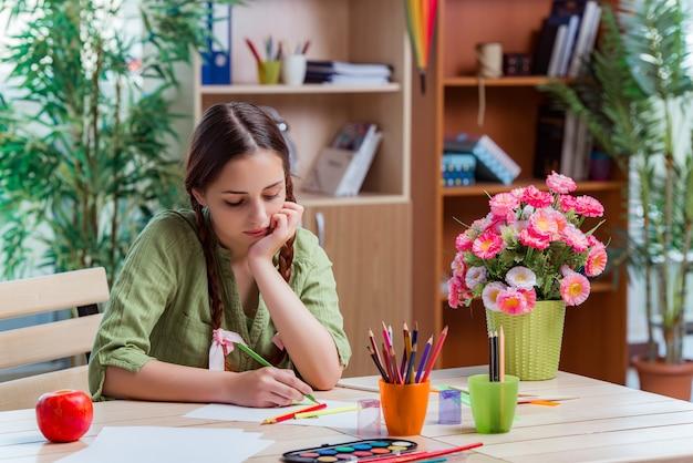 Niña joven, dibujo, cuadros, en casa