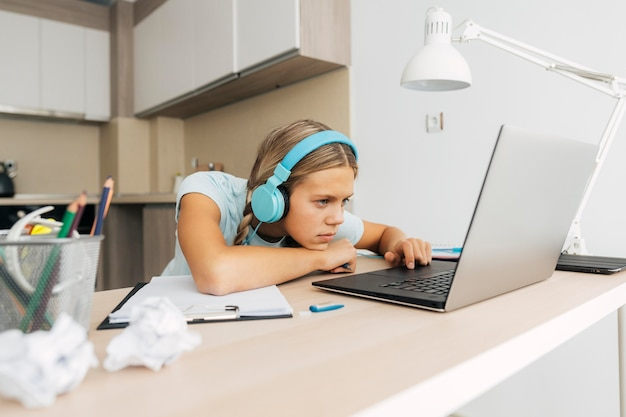 Niña joven, estudiar, en casa