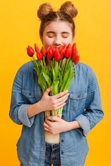 Niña joven, con, flores