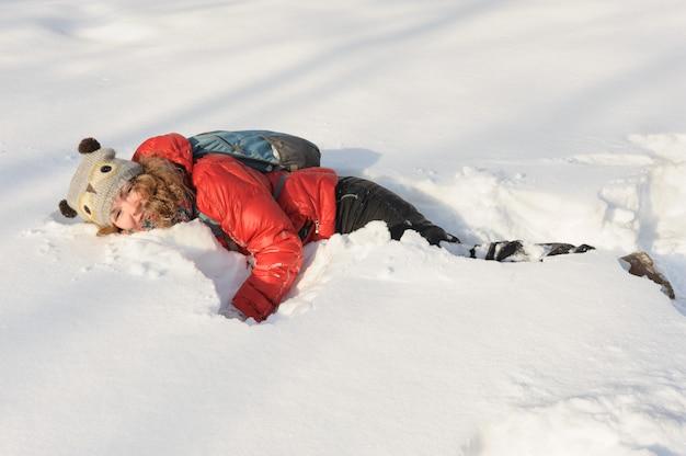 Niña joven, juego, en, nieve