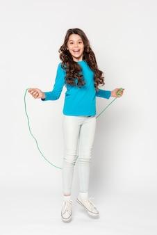 Niña joven, saltar la cuerda