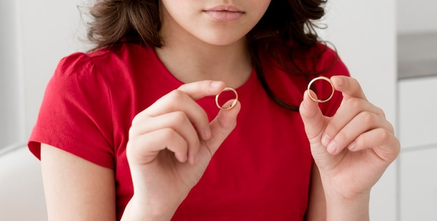 Niña joven, tenencia, anillos de boda