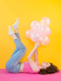 Niña joven, tenencia, globos rosados