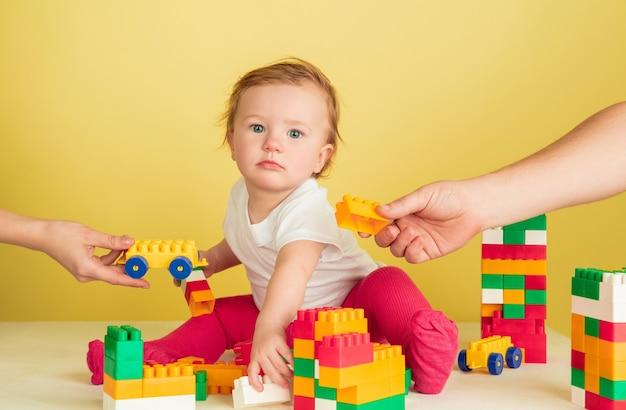 Niña jugando con bloques de juguete