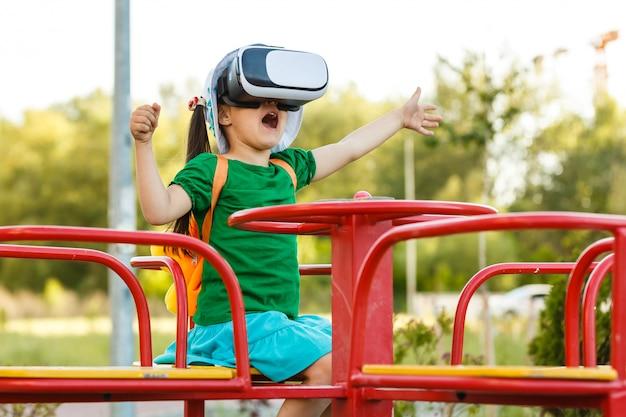 Niña jugando con gafas de realidad virtual
