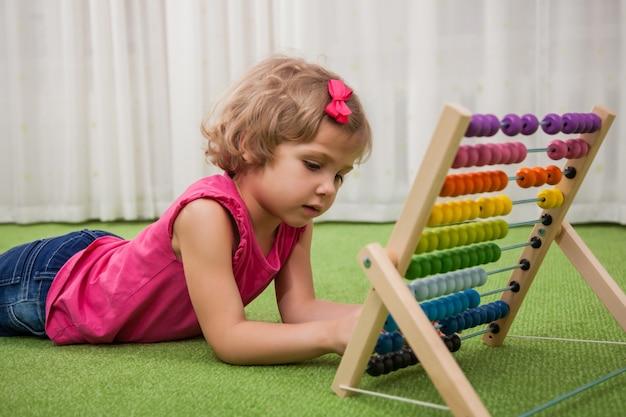 Niña jugando con puntuaciones de color
