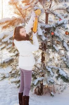 Niña con juguete de navidad al aire libre