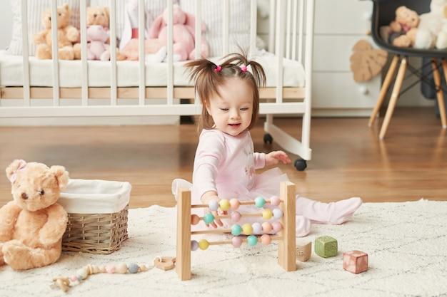 Niña con juguetes en la habitación de los niños