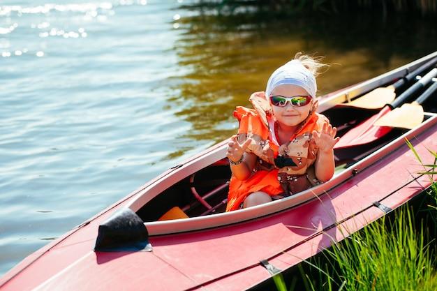 Niña en un kayak. vacaciones familiares.