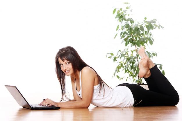 Niña con laptop en casa