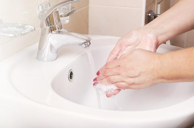La niña se lava las manos
