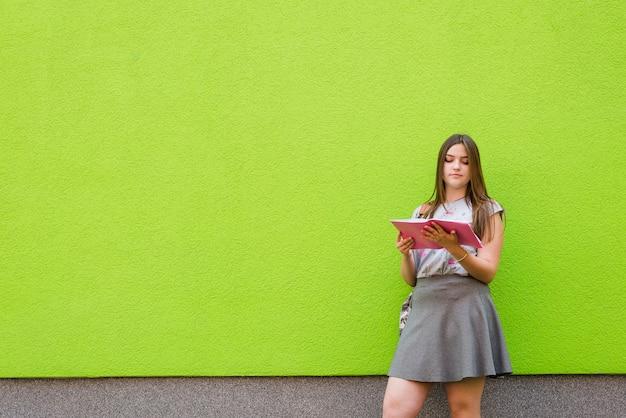 Niña, lectura, libro, afuera