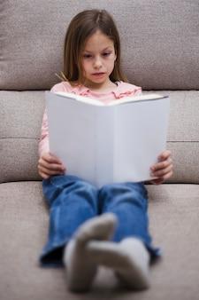 Niña leyendo un libro