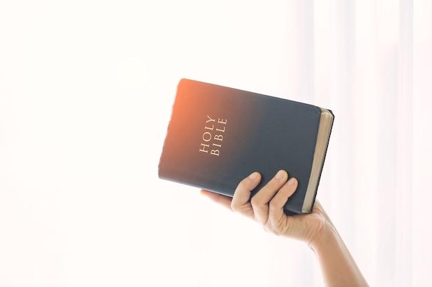Niña leyendo la santa biblia, leyendo un libro. concepto de fe, espiritualidad y religión. paz, esperanza