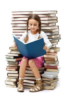 Niña leyendo sola