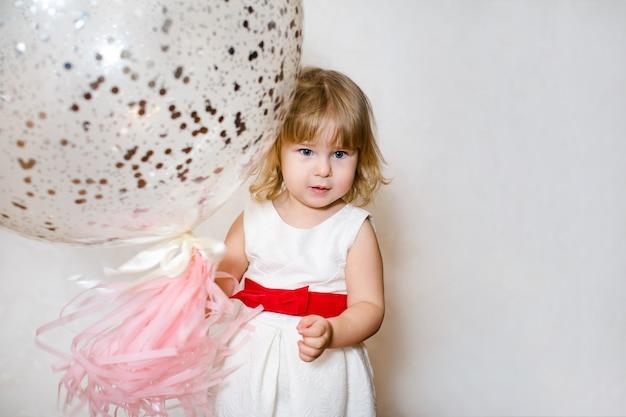 Niña linda con adornos de cumpleaños