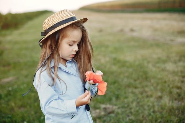 Niña linda en un campo de verano