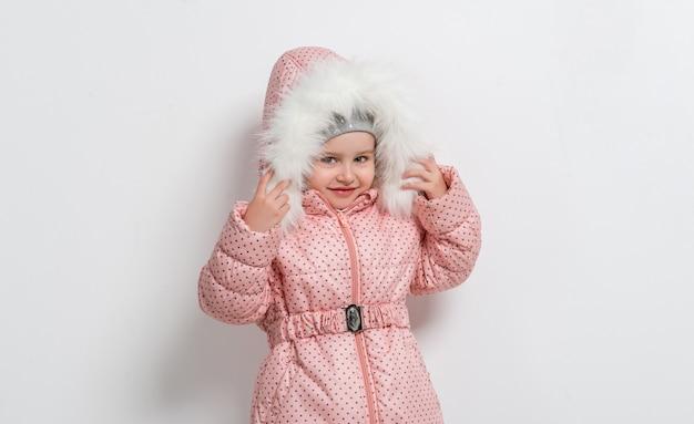 Niña linda en chaqueta con capucha