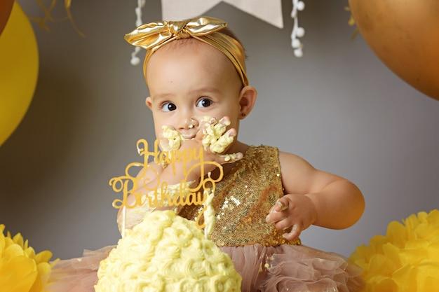 Niña linda comiendo pastel