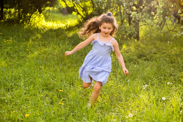 Niña linda corriendo en el jardín