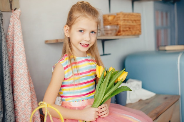 Niña linda con flores amarillas
