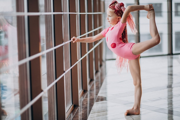 Niña linda haciendo gimnasia