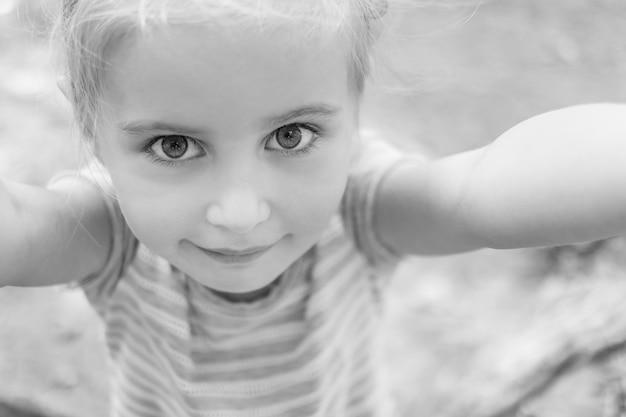 Niña linda haciendo selfie, foto en blanco y negro
