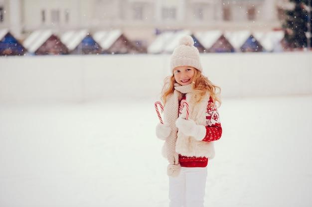 Niña linda y hermosa en una ciudad de invierno