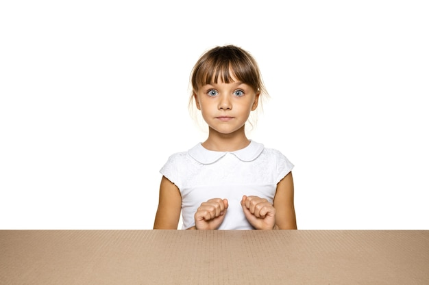 Niña linda y molesta abriendo el paquete postal más grande
