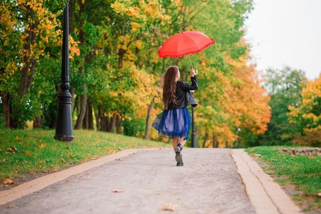 Niña linda con paraguas. concepción del pronóstico del tiempo