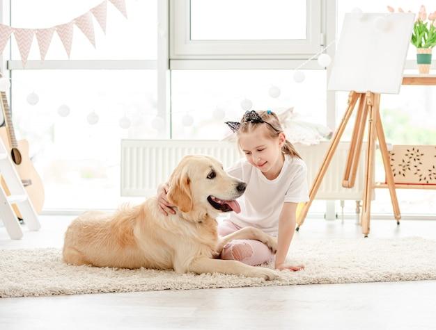 Niña linda con perro encantador