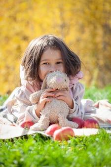 Niña linda en picnic de otoño