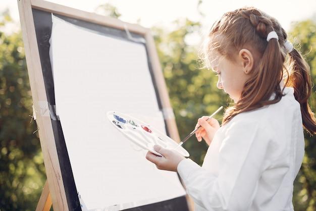 Niña linda pintando en un parque
