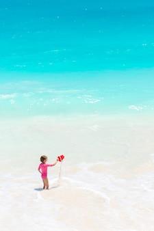 Niña linda en la playa durante las vacaciones en el caribe