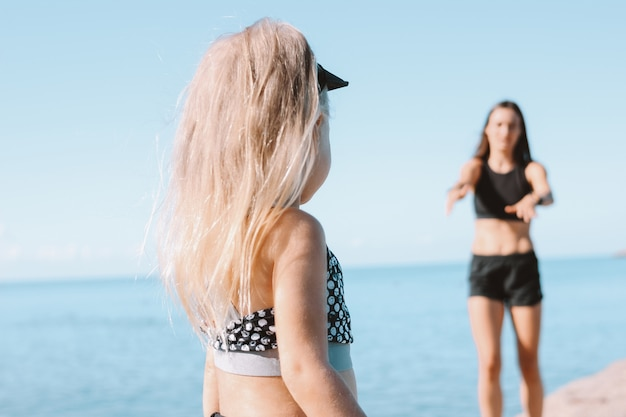 Niña linda que busca caber a mamá en la playa