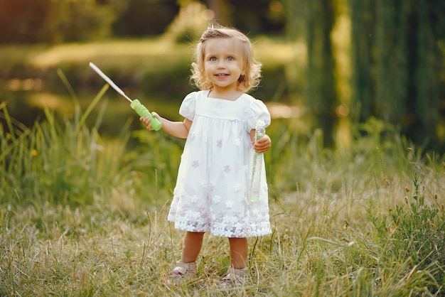 Niña linda que juega en un parque