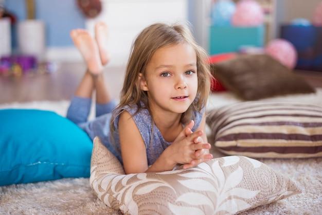 Niña linda relajante en su habitación