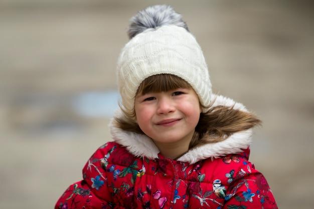 Niña linda en ropa de abrigo