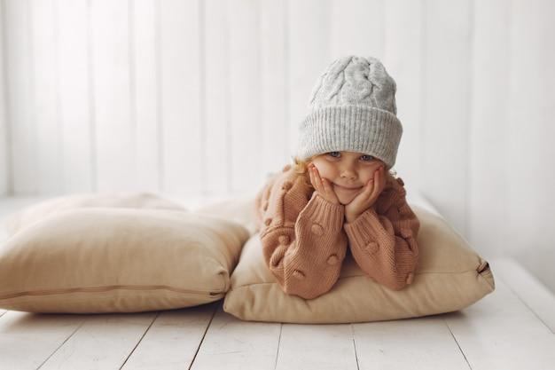 Niña linda en ropa de invierno