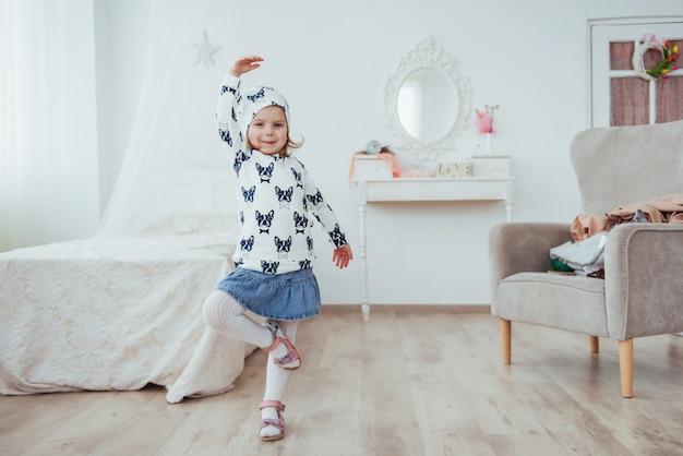 Niña linda sueña con convertirse en una bailarina. chica estudiando ballet.