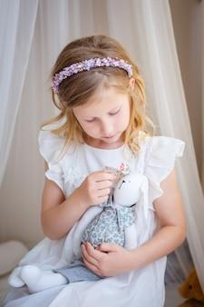 La niña linda sueña con convertirse en princesa.