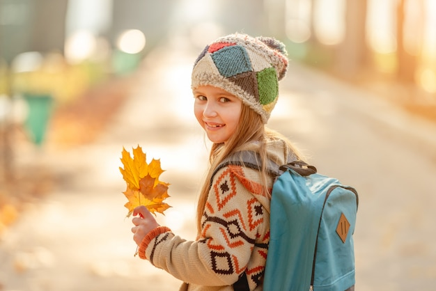 Niña linda yendo a la escuela