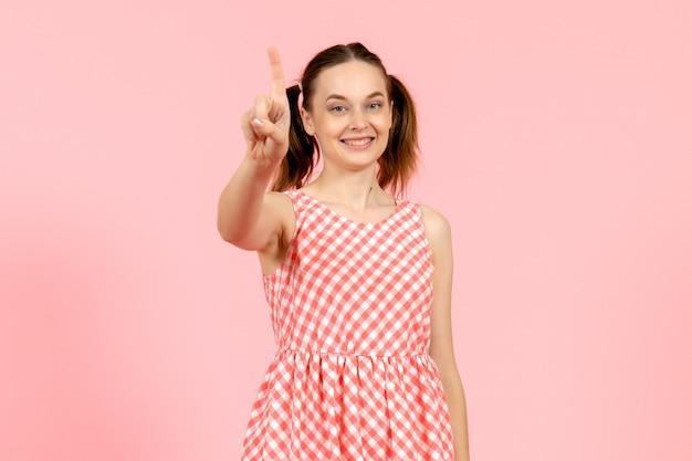 Niña en lindo vestido rosa mostrando el número en rosa